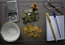 Porciones de monedas de cobre viejas para el resvavration imagenes de archivo