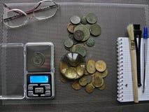Porciones de monedas de cobre viejas para el resvavration foto de archivo libre de regalías