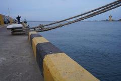 Porciones de nudos de la cuerda que llevan a las naves amarradas Cuerdas de barco, nave Amarrando el poste en la costa, elemento  fotos de archivo