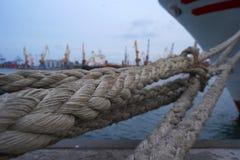 Porciones de nudos de la cuerda que llevan a las naves amarradas Cuerdas de barco, nave Amarrando el poste en la costa, elemento  fotografía de archivo libre de regalías