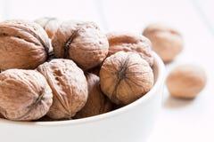 Porciones de nueces en un fondo blanco Imagen de archivo libre de regalías