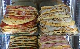 Porciones de piadina rellenas para la venta en el restaurante en central él Fotografía de archivo