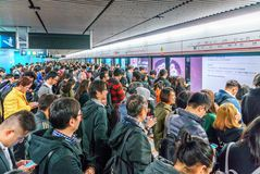 Porciones de pueblo chino ocupado que aprieta en la estación de metro en el distrito central de Hong Kong que espera un tren para imágenes de archivo libres de regalías