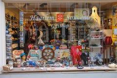 Porciones de recuerdos en la ventana de la tienda de regalos popular Foto de archivo libre de regalías