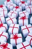 Porciones de regalos de Navidad en superficie reflexiva Fotografía de archivo libre de regalías