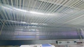 Porciones de secuencias tejidas en una máquina de la fábrica automáticamente Fábrica industrial de la materia textil metrajes