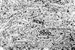 Porciones de títulos de las noticias encima de una cama del periódico cortado i Fotos de archivo