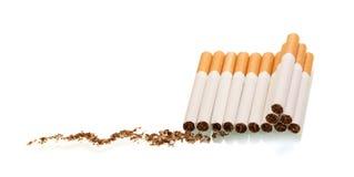 Porciones de tabaco de cigarrillo aisladas en blanco Fotos de archivo