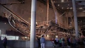 Porciones de turistas al interior del museo marítimo de los vasos en Estocolmo Lapso de tiempo almacen de metraje de vídeo