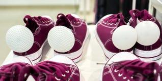 Porciones de zapatos coloridos de la zapatilla de deporte en venta Fotografía de archivo libre de regalías