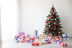 Porciones del árbol de navidad de regalos la decoración del Año Nuevo Fotos de archivo libres de regalías