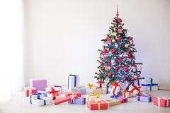 Porciones del árbol de navidad de regalos la decoración del Año Nuevo Foto de archivo