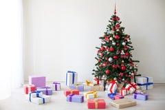 Porciones del árbol de navidad de regalos la decoración del Año Nuevo Imagenes de archivo