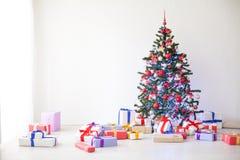 Porciones del árbol de navidad de regalos la decoración del Año Nuevo Foto de archivo libre de regalías