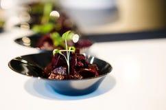 porciones del Mordedura-tamaño de ensalada de la remolacha Foto de archivo