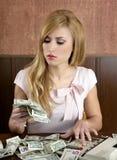 Porciones retras de la mujer de la ambición de notas del dinero del dólar fotos de archivo