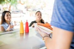 Porcj hot dog w jedzenie stojaku Obrazy Stock
