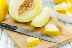 Porcja Żółty miodunka melon na drewnianym tle selekcyjnym Obraz Royalty Free