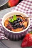 Porcja chałupa sera filiżanka kawy i potrawka Zdjęcie Stock