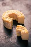 Porcja ciie od całego złotego camembert sera na ciemnej tacy Obrazy Royalty Free