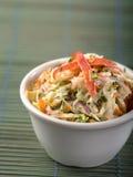 Porcja coleslaw na zielonym tle Fotografia Royalty Free