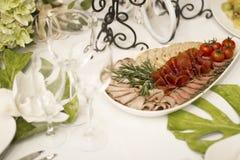 Porcja gość restauracji, poślubiający ucztę Pięknie projektował décor i d Zdjęcie Stock