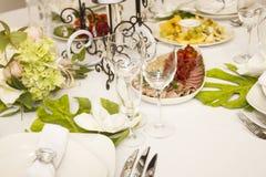Porcja gość restauracji, poślubiający ucztę Pięknie projektował décor i d Zdjęcia Stock