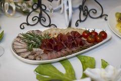 Porcja gość restauracji, poślubiający ucztę Pięknie projektował décor i d Fotografia Stock