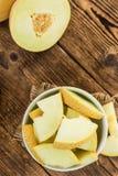 Porcja miodunka melon na drewnianego tła selekcyjnej ostrości zdjęcie stock
