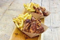 Porcja piec na grillu kurczaków układy scaleni w tacach i skrzydła zdjęcia royalty free