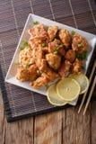 Porcja pieczonego kurczaka karaage z cytryny i cebuli zakończeniem na a Zdjęcia Stock