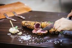 Porcja rzeźbi pieczonej wieprzowiny mięsnej rolki posiłek w wieśniaka stylu Zdjęcie Stock