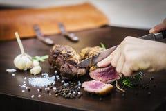 Porcja rzeźbi pieczonej wieprzowiny mięsnej rolki posiłek w wieśniaka stylu Obrazy Stock