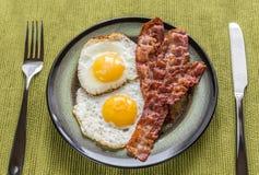 Porcja smażący jajka z bekonem obrazy royalty free