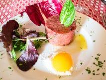 porcja tartare od zmielonej wołowiny z surowym yolk zdjęcie royalty free
