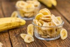Porcja Wysuszony banan Szczerbi się na drewnianym tle, selekcyjny fo Fotografia Stock