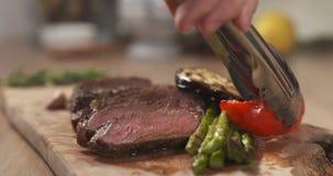 Porcja ziobro oka średni stek z piec na grillu warzywami Obraz Stock