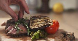 Porcja ziobro oka średni stek z rozmarynami Fotografia Royalty Free