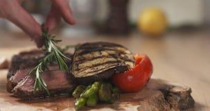 Porcja ziobro oka średni stek z rozmarynami Fotografia Stock