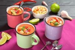 Porcje zimny gazpacho w filiżankach Fotografia Royalty Free