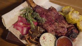 Porcji jedzenie w restauracji Zamyka w górę piec na grillu mięsa z ziobro kości lying on the beach na pita z czerwoną kapustą, ku zbiory wideo