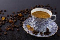 Porclean-Tasse Kaffee und brauner Zucker Lizenzfreies Stockbild
