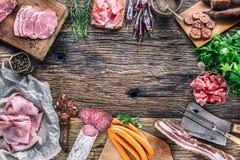 Porco affumicato Assortimento dei prodotti affumicati della carne di maiale - Ne del prosciutto della salsiccia Fotografia Stock Libera da Diritti