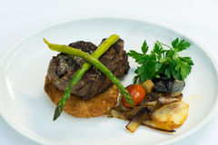 Porco assado com aspargo, batatas e cebolas Fotografia de Stock