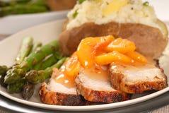 Porco cucinato con una salsa di pesca immagine stock