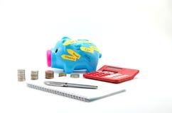 Porco da economia com dinheiro, calculadora e texto: casa, carro, curso, compra, feliz, terra Fotografia de Stock Royalty Free
