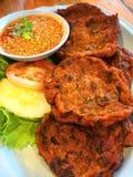 Porco fritado do camarão dos peixes do thaifood do rissol dos peixes fotografia de stock