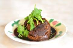 Porco in salsa marrone Fotografia Stock Libera da Diritti