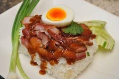 Porco tailandese del BBQ sopra riso con la salsa dolce del sugo Fotografia Stock