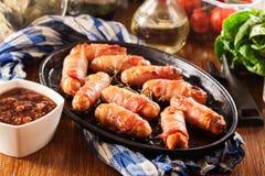 Porcos nas coberturas no prato do cozimento imagens de stock